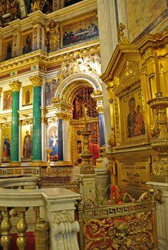 Ricos detalhes ornamentais na Catedral de Santo Isaac em São Petersburgo, Rússia. O iconostasis é emoldurado por oito colunas de pedras semipreciosas: seis de malaquita e duas menores de lazurite. Os quatro frontões também são ricamente esculpidos. Fotografia: Dennis Jarvis no Flickr.