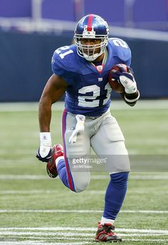 tiki-barber-of-the-new-york-giants-carries-the-ball-against-the-tampa-picture-id72295080 (699×1024)