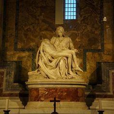 «Оплакивание Христа» — первая и наиболее выдающаяся пьета, созданная #Микеланджело Буонарроти. Это единственная #работа скульптора, которую он подписал (по сообщению Вазари, подслушав разговор зевак, которые спорили о её авторстве). Копии «Пьеты» можно видеть во многих католических храмах по всему миру, от Мексики до Кореи.  #VISAvART #помиру #скульптура #Ватикан #Италия #римскиеканикулы
