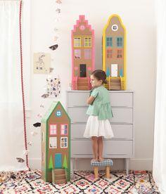 belles maisons de poupées en carton et masking tape on va pouvoir en faire des belles choses après notre déménagement. Toujours garder les cartons!!! Mer Mag: Cardboard Brownstone Dollhouses from PLAYFUL