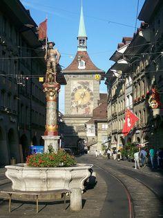 """Berna la capital de Suiza. El casco antiguo de Berne es Patrimonio Mundial de la UNESCO, contando con 6 kilómetros de arcadas, las así llamadas """"Lauben"""", uno de los paseos de compras más largos y protegidos contra la intemperie de Europa. Torre del reloj. Berna."""
