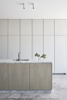 Local design firm Robson Rak create a distinctive family home by marrying a weatherboard cottage and heritage stables, through an architectural extension. Kitchen Interior, Home Decor Accessories, Home Remodeling, Cheap Home Decor, Cute Home Decor, House Interior, Home Kitchens, Minimalist Kitchen, Kitchen Design