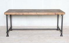 제품설명 - 고무나무 원목 30t와 흑관 파이프 25A(34mm)로 제작된 파이프 테이블 입니다. - 테이블 상판 아래에 30t 바를 둘러서 총 60t로 제작 되었습니다. - 상판은 인도네시아산 고무나무 집성목을 사용하였으며, 천연 오일과 천연 왁스로 마감되어 있습니다. - 흑관 파이