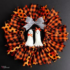 How to make a ribbon wreath for Halloween with an embroidery hoop and wired ribbon. A quick and easy DIY wreath idea for different seasons! Halloween Designs, Diy Halloween Decorations, Halloween Ribbon, Fall Halloween, Halloween Crafts, Halloween Wreaths, Fall Crafts, Diy Halloween Headbands, Alien Halloween