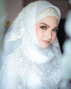Image may contain: 1 person, wedding and closeup Lehenga, Veil, Eye Makeup, Bridal, Face, Wedding, Beauty, Fashion, Makeup Eyes