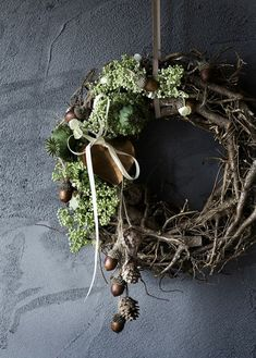 ▷ 1001 + Ideen und Bilder zum Thema Basteln mit Tannenzapfen a black wall and a wreath of many folde Christmas Time, Christmas Wreaths, Christmas Crafts, Xmas, Christmas Tablescapes, Outdoor Christmas Decorations, Holiday Decor, Lavender Wreath, Navidad Diy