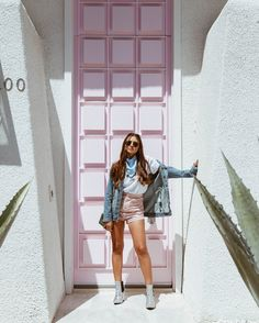 that pink door Pic Pose, Picture Poses, Cute Photography, Fashion Photography, Foto Casual, Instagram Pose, Streetwear, Festival Outfits, Ideias Fashion