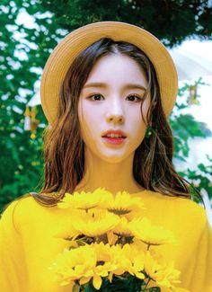 to all LOOΠΔs around the world Kpop Girl Groups, Korean Girl Groups, Kpop Girls, Beautiful Asian Girls, Pretty Girls, Olivia Hye, These Girls, Ulzzang Girl, K Idols
