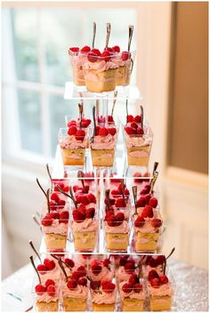 Mini strawberry shortcake at wedding dessert bar Dessert Party, Mini Dessert Cups, Dessert Bar Wedding, Snacks Für Party, Party Desserts, Wedding Desserts, Dessert Recipes, Mini Dessert Shots, Pink Dessert Tables