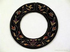 Kvenkragi. Efni svart flujel. Baldýraður með marglitu silki og silfurvír. Þverm. 12 cm. Br. 4,2 cm.