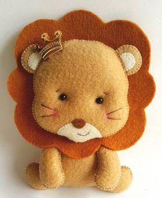 Apostila Digital Safári Baby Felt Crafts, Diy And Crafts, Crafts For Kids, Fabric Animals, Felt Animals, Christmas Gifts For Kids, Handmade Christmas, Lion Party, Felt Animal Patterns
