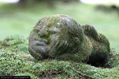 Jizo mini dieu sous forme d'une statue de pierreune petite statuette en pierre représentant un moine. Très familier et respecté par tous les japonais, cette statuette à l'effigie du dieu Jizo resté sur Terre pour protéger les humains et aujourd'hui symbolisant le dieu protecteur des enfants (entre autres)