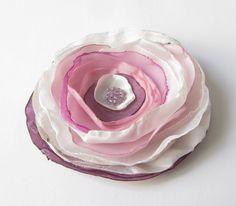 Anstecker Satin-Organza-Blüte pink beere weiß von soschoen auf DaWanda.com