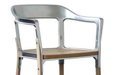 Der Steelwood Chair der Bouroullec Brüder (A&W Designer des Jahres 2013). Nun gibt es den neuen Klassiker von Magis auch in einer Version mit verzinkten Metallteilen.