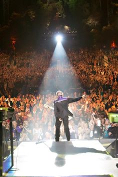 Neil says thanks to an amazing audience at the Greek Theatre 40th anniversary show
