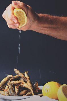 VERS GEBAKKEN ANSJOVIS - ORIGINEEL SPAANS RECEPT! ● Bijna geen keuken zo gezond en zo lekker als de mediterrane keuken!  Gebakken ansjovis maken, is heel makkelijk.  Je moet alleen eventjes weten hóe.  Buiten de visjes zelf, heb je er nauwelijks iets voor nodig.  Zó tover je deze heerlijke tapa of dit zuiders voorgerechtje in no time op tafel...  Recept >> http://hallosunny.blogspot.nl/2016/06/vers-gebakken-ansjovis.html