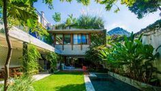 Post with 10242 views. Open air living spaces centered around a courtyard garden with a pool in a residence covered with the lush tropical vegetation of Gávea, Rio de Janeiro, Brazil Le Corbusier, Residential Architecture, Modern Architecture, Jungle Vibes, Casa Patio, Street House, Tropical Houses, Future House, Beautiful Homes
