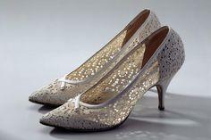 Damenschuhe. Weisse Ätzspitze, weisse Ledereinfassung und Bekleidung der Stilettabsätze. Hersteller Pancaldi, Bologna. Um 1962. Masse: Höhe 7.5 cm.