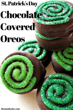 Patrick's Day Chocolate Covered Oreos are easy to make and delicious to eat. Sparkling spirals top the chocolate dipped cookies, an easy decorating idea for kids and adults! Chocolate Dipped Cookies, Chocolate Coins, Chocolate Wafers, Chocolate Art, Mint Chocolate, Melting Chocolate, Chocolate Strawberries, St Patrick's Day Cookies, Wilton Candy Melts