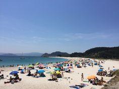 Por su lejanía de lugares urbanizados, por la hermosura de su escenario y la tranquilidad que en ella se respira, la playa de Rodas, la principal de las islas Cíes,ha sido considerada una de las diez mejores playas del mundo.