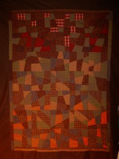Barjo patch du zhom  Mon 4° barjo patch en tissus Moda.  C'est une technique réellement rapide et qui permet de faire en une petite semaine un quilting comme celui-ci, de 210 X 170 cm en moins d'une semaine (hors quilting à la main ou machine). J'ai pris l'habitude de poser et assembler ces barjos sur une grande couverture en tissu polaire.   Cousu pour mon zhom qui avait besoin de quelque chose de chaud et pratique pour faire la sieste sur la banquette.  Décembre 2011