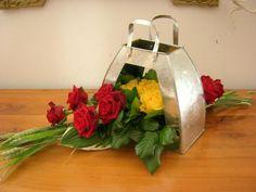Sac en zinc par orchidee35, 5 roses jaunes, 10 roses rouges, blés verts.... (Création n°28017 vue 3987 fois). Création de la galerie Art floral - Creavea