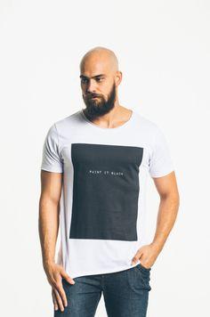 A Camiseta Paint it Black Strip Me é uma homenagem a um dos hinos de rebeldia e contestação da década de 1960.
