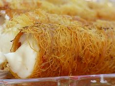 Filled Kunafa croissants that are baked like curly curls .- Filled Kunafa croissants that are baked like curly curls. Especially delicious in the Ramadan Egyptian recipe Arabic Dessert, Arabic Sweets, Arabic Food, Iftar, Date Recipes, Beef Recipes, Croissants, Thia Food, Middle Eastern Sweets