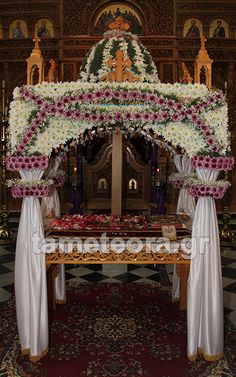 EPITAFIOSOSIONMETEORITON20161 Altar, Orthodox Easter, Greek Easter, Greek Culture, Church Flowers, Holy Week, Holidays And Events, Flower Arrangements, Garland