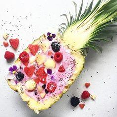 Wie startet man am Besten in den Tag? Genau mit einer Smoothiebowl. Heute mal in einer Ananas. 🍍Sieht schön aus, aber ich dekoriere dann doch lieber normale Schüsseln 🙈 macht mir irgendwie mehr Spaß. Kommt gut in den Tag. Was habt ihr heute noch so vor? 💕 #Food #foodie #foodporn #foodblog #foodlover #smoothiebowl #bowl #lifestyleblogger #blogger #bloggers #vscofood #bloggerlife