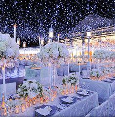 Hermoso banquete iluminado por cientos de lucecitas que initan una noche estrellada
