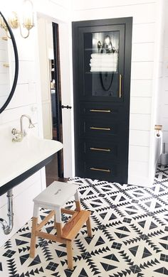 Black and white bathroom with modern tiles Black and white . Black And White Bathroom Floor, Black Tile Bathrooms, Bathroom Floor Tiles, Black And White Flooring, Black And White Furniture, Bad Inspiration, Bathroom Inspiration, Bathroom Ideas, Bath Ideas