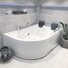 Les hjemmereportasje fra Bergen her: Modern Bathroom Design, Carrara, Bergen, Corner Bathtub, Apartment Therapy, Architecture, Blog, Arquitetura, Corner Tub