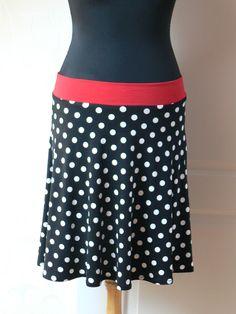černá sukně s puntíky Sukně je půlkruhová. Zhotovená z úpletu. Složení: 95%viskoza, 5%elastan. Materiál je příjemný na dotek. Délka sukně 50cm Výška pásku 5cm Pas sukně je pružný 80-90cm (v pásku je navlečená klobouková guma) Barvu pásku u sukně si můžete vybrat: -červený -puntíkatý (stejná látka z které je zhotovená sukně) -černý Lze upravit výšku i ...