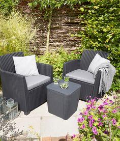 Creëer met twee stoelen en een klein bijzettafeltje een gezellig zithoekje tussen de bloemen  #Allibert #garden
