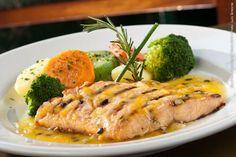 Ça-Va Restaurant (jantar)    Saumon et passion  Filé de salmão ao molho de maracujá; legumes ao vapor acompanham