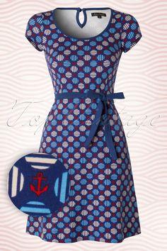 Bereit für den Sommer, das wirst du in diesem 60s Ella Anchor Dress sein!Hergestellt aus herrlich weicher und dehnbarer, naturreiner Baumwolle in einem verspielten maritimen Muster. Dieses Schätzchen ist das perfekte Sommerkleid, aber wenn du die Sonne nicht abwarten möchtest, dann kann es in Kombination mit einem Cardigan auch an kühleren Tagen schon getragen werden!   Runde Halslinie Kurze, überschnittene Ärmel Blauen Paspeln Schlüsselloch-Detail auf...