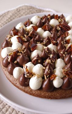 Tarte chocolat, noix de pécan et sirop d'érable : inspiration Fantastik ! Fancy Desserts, Delicious Desserts, Yummy Food, Pastry Recipes, Dessert Recipes, Cooking Recipes, French Patisserie, Love Cake, Brownie Recipes