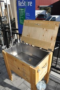 An ice chest for BBQ parties. Cynthia Delacruz You should tell Phillip and Tony … An ice chest for BBQ parties. Cynthia Delacruz You should tell Phillip and Tony to make y'all one of these. Wood Cooler, Patio Cooler, Diy Cooler, Outdoor Cooler, Pallet Cooler, Beer Cooler, Diy Pallet Projects, Woodworking Projects Diy, Piscina Diy