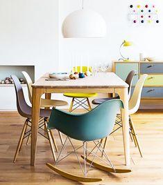 Chaises Eames rééditions + table en bois massif style scandinave + suspension blanche au dessus de la table