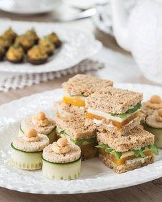 teatimemagazineDiese Platte mit Rüben- und Apfelteesandwiches und gerösteten Knoblauch-Hummus-Teesandwiches ist erfrischend für die