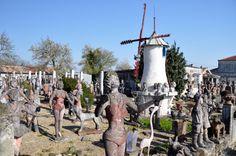 Nantillé, Charente-Maritime, France. Un facteur Cheval à la sauce charentaise. L'homme est mort il y a dix ans, sans héritiers directs. Il a légué son jardin et sa forêt de statues à sa commune, 300 âmes de chair et de sang, beaucoup plus d'administrés en ciment armé. Ce lieu est le témoignage d'une culture populaire, d'un art autodidacte. L'œuvre d'un artisan qui se rêvait artiste, Il est dans la droite ligne des «inspirés du bord des routes», ces artistes sans formation qui veulent…