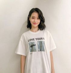 Female Celebrities Who Pull Off Short Hair So Well They Make Us Want To Cut Our … Prominente Frauen, die sich so gut die Haare [. Kpop Short Hair, Ulzzang Short Hair, Kpop Hair, Girl Short Hair, Short Curly Hair, Short Hair Korean Style, Korean Short Hairstyle, Asian Hairstyles, Korean Hairstyles Women