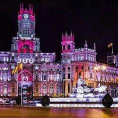 Ls Cibeles y el centro de comunicaciones en Madrid Real Madrid, Valencia, Portugal, World's Most Beautiful, Timeline Photos, Empire State Building, Cool Places To Visit, Places Ive Been, Photo Art