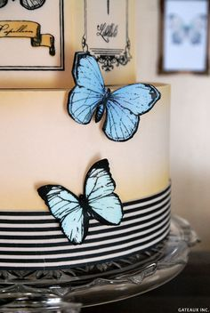 A vintage butterfly cake plus a step-by-step tutorial. Learn how to use stencils to make amazing butterflies in no-time flat! A DIY by Gateaux Inc. Cake Decorating Techniques, Cake Decorating Tutorials, Pretty Cakes, Cute Cakes, Candy Melts, Fondant Butterfly, Halloween Torte, Vintage Butterfly, Purple Butterfly