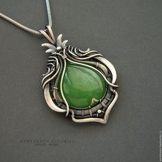 Купить серебряный кулон с зеленым нефритом Яблочный - серебряный, зеленый, зеленый камень, кулон с нефритом Black Gold Jewelry, Copper Jewelry, Jewlery, Wire Wrapped Necklace, Wire Wrapped Pendant, Wire Jewelry Designs, Jewelry Crafts, Art Nouveau Jewelry, Wire Weaving
