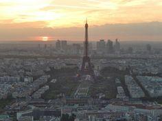 A torre Eiffel e o pôr do sol em Paris, França.