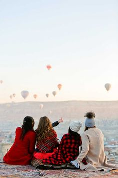 Cappadocia Hot Air Balloons look so magical - an must if you visit Turkey // Local Adventurer #cappadocia #turkey #hotairballoon #asia #bucketlist #travel #wanderlust #photography