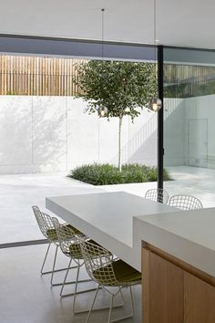 19 dining spaces you would be proud to have in your home: A dining table cantilevered from the kitchen bench top continues a theme of floating and suspension in this minimalist London home by De Matos Ryan. Kitchen Room Design, Modern Kitchen Design, Kitchen Interior, Kitchen Island Dining Table, Kitchen Benches, Dining Room, Küchen Design, House Design, Chair Design
