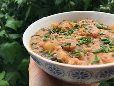 Zdravá snídaně, která zasytí: miso polévka, ve které stojí i lžíce Plant Based Eating, Cheeseburger Chowder, Thai Red Curry, Food And Drink, Soup, Cooking, Ethnic Recipes, Kitchen, Soups